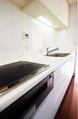 (キッチン)ホワイトのシンプルなデザイン。住空間の一部として違和感なく融合する佇まいを実現しています。