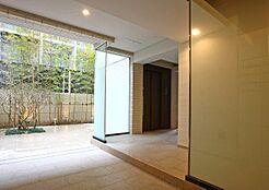 ホール奥の光を招き入れるガラスで設えたオートドア。