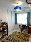ウォークインクローゼットを含んだ収納スペースが確保されている洋室。すっきりした室内スぺ―ス。