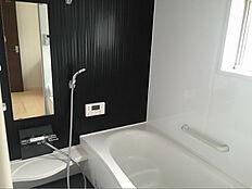 浴槽はゆったりサイズの1坪タイプ。システムバスでお掃除も楽々です。