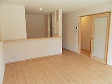 LDKは15.5帖。白を基調とした明るい室内です。