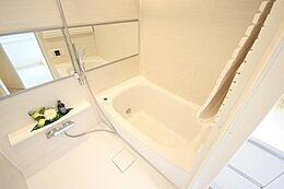 新規交換されたバスルーム。新品で清潔感あるバスルームは嬉しいですね。