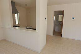 キッチン奥に洗面・浴室を配置。便利な家事動線を実現