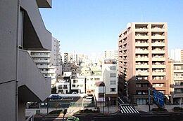 「バルコニーからの眺望」3方向角部屋・所在階6階という本物件の特徴が、台東区に住まいながら日々の喧騒を忘れさせてくれる独立性と開放感を演出してくれます。