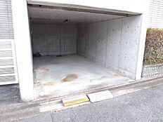 雨の日も安心の掘り込み駐車場