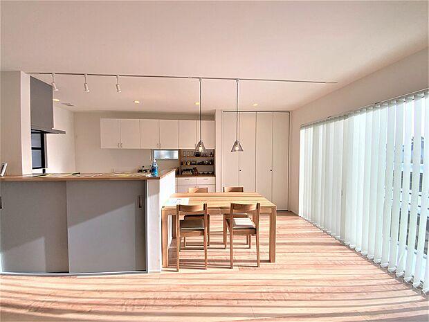 ダイニングテーブル、ダイニングチェアは床の色と合わせていて、インテリアコーティネーターのセンスが光ってます。