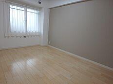 約6.0帖の洋室。デザインクロスがおしゃれなお部屋です。