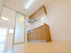 ダイニングキッチンは6帖。洋室10帖との間仕切りはアクリルのドアを使用しており隅々まで明るいお部屋です。