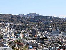 バルコニーからは小室山を望みます。