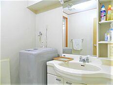 洗濯機置場もある洗面室のようすです。こちらもお掃除が行き届いており、きれいな状態です。