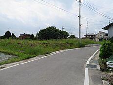 南西から見た土地です。宅盤は道路から少し上がっています。