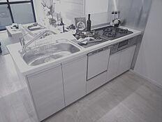 新しく浄水器付きのシステムキッチンになりました家事時間が減らせる便利な食洗機もついています