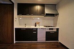 独立タイプのキッチンは広々約4.5帖、2wayにつきそのまま廊下へ出ることが出来ます。