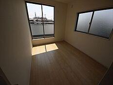 ゆとりのある7.5帖の主寝室。大型WICも付いた豊富な収納