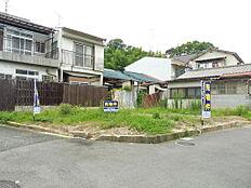 能勢電鉄線「滝山」駅より徒歩1分。東南角地です。