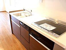 質感の高いシステムキッチンには、ビルトイン型の食洗機を設けております。費用が掛かる水周りのリフォームを施している点は魅力の一つですね。