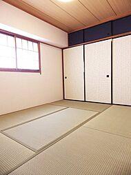 6帖和室。和モダンな襖紙にしました。天袋は紺色でコーディネートしてます。
