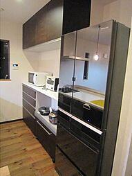 食材やキッチン用品の収納に使えるカップボード。2019年5月撮影。