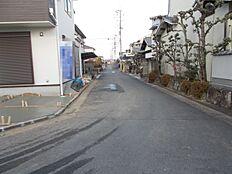 京奈和自動車道に近く、天理・橿原方面への通勤が便利な立地です。大通りから少し中に入りますので騒音はあまり気になりません。(2017年12月下旬撮影)