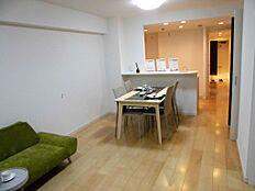 明るく風通しの良いLDKは、一体でありながらも、食卓とくつろぎの空間がそれぞれ確立できるゆとりのスペースです。