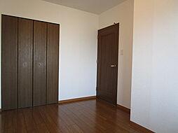 4.9帖洋室:収納スペースをしっかり確保できています。玄関を入ってすぐのお部屋なので、リビングに行く前に荷物を置いて部屋着に着替えてから行くことが出来ます。(2019年7月30日撮影)