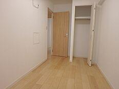 玄関入って右側の洋室のクローゼット。