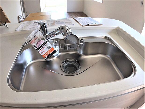 洗い物がしやすい大きなシンクです。汚れも落ちやすくお手入れもラクラクです。