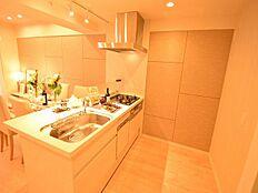 開放感のある対面式キッチン。会話を楽しみながらお料理できます。