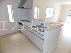 人口大理石のカウンターキッチン浄水器兼用混合栓も付いて床下収納があります