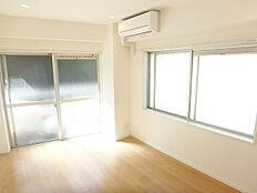 2面採光の洋室、大きな窓から光が差し込みます。