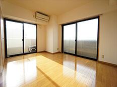2面採光・2面バルコニーで室内明るく通風も良好です。クローゼットも1ヶ所あり収納確保しています。