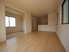 隣接する和室を合わせると21帖の大空間。家族のコミュニケーションを育むリビングイン階段
