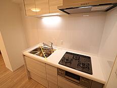 浄水器付きの3口コンロがあり短縮してお料理も出来る快適なシステムキッチン