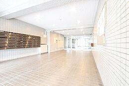 玄関アプローチは毎日使うため大事な空間です。明るく綺麗なのは全体をしっかり管理している証拠です。