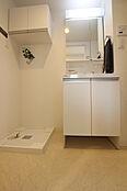 暮らしや空間にフィットする洗面台。継ぎ目のない一体型カウンターは拭くだけ。引き出して使えるマルチシングルレバー水栓でお掃除ラクラク