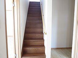 階段は新たに手...