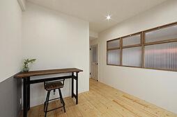 南側の洋室。リビングとお部屋の間に小窓を作りオシャレ感UP。居室とリビングからの会話もできてしまいますよ。