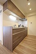 淡い色合いで清潔感のあるキッチンパネルが上品な空間を演出します