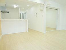 壁も天井も廊下物入真っ白なリビングです。