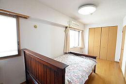 こちらが約8.1帖の洋室です。角部屋なので開口部も3つあり(間取り図参照)、通気の面でも良いです。