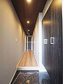 玄関から廊下 天井クロスや建具が落ち着いた雰囲気を与えてくれる玄関です。