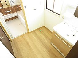 洗面所の床は、...