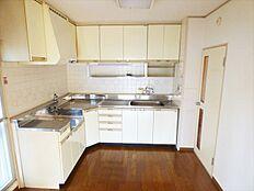 収納豊富なL字型キッチン