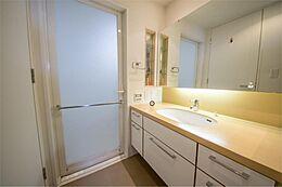 大きな鏡の広~い洗面台です。収納も大容量でリネン庫も付いています。