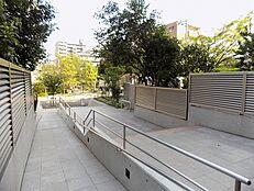表道路まではスロープが続き安全面や静かな住環境を実現しております。