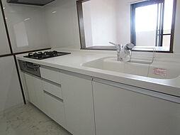 5月にリフォームが完了し、真っ白なキッチンに様変わり。キッチンだけ異空間かと思うようなクロスや床は特別な場所へ来たかのような気分にさせてくれます。(2019年7月30日撮影)