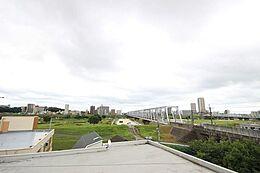 (眺望)最寄駅まで徒歩10秒の利便性に秀でたマンション。東南角に位置した居室は江戸川を一望でき、日々の生活にひと時の安らぎを得ます。