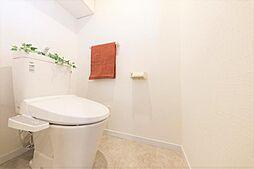 トイレリフォーム完了後のトイレです。新品に交換し、クロスやクッションフロアを貼り替えました。