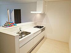 対面式システムキッチンなので家族と会話しながら食事の用意ができます。