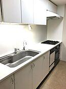 キッチン 広々としたワークトップや食洗機で調理から後片付けまでスムーズにこなせますよたっぷりの収納で新しく家具を用意する必要も無さそうですね。